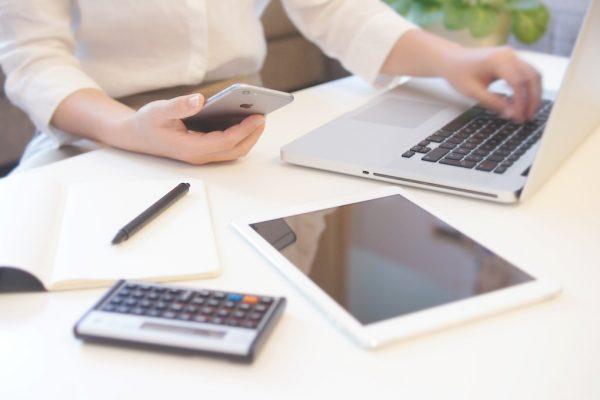 Unternehmensdaten auf Notebook, Tablet und Smartphone